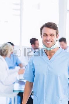 Un cirujano sonriente, en una reunión en el consultorio. Foto de archivo.