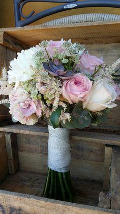 Ramo en tonos claros con flores de temporada || Andaluflor http://andaluflor.es/ramos-de-flores-para-novias-en-cordoba