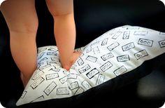 Lego - stempelen - textielverf http://broterhammenmetgeleconfituur.blogspot.be/2015/06/een-gestempelde-legokussen.html