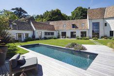La piscine vient se fondre dans le paysage comme un bassin naturel, lovée dans un écrin végétal créé de toutes pièces pour le recevoir et l'embellir. Une piscine moderne à souhait, ouverte 365 jours par an.