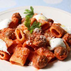 Rigatoni met tomatensaus en gehaktballetjes - Lot of Taste Great Pasta Recipes, Dinner Recipes, Italian Chef, Italian Recipes, Chef Shows, Paste Recipe, Comfort Food, Happy Foods, Food Dishes