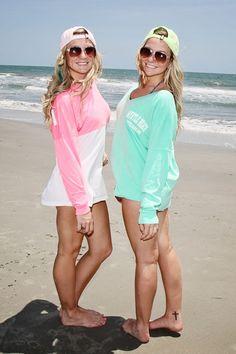 beach pic pose idea, twin sisters, best friend pic pose idea