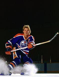 Portrait of Edmonton Oilers center Wayne Gretzky during a photo shoot on the ice. Hockey World, Women's Hockey, Hockey Cards, Hockey Sport, Hockey Stuff, Neil Leifer, Hockey Posters, Wayne Gretzky, Nhl Players