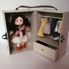 Mala Armário - Case Doll - Bella na mala, peça confeccionada e criada por mim, a boneca e roupinhas são criações de Andréia Gonçalves Velasco. Não autorizamos a circulação e compartilhamentos sem os devidos créditos sobre a mesma.