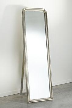 Als je ook een spiegel in je slaapkamer hebt hangen, vraagt deze om speciale verlichting. Een spot recht boven je hoofd zal niet het gewenste effect hebben, omdat deze veel schaduwen creëert. Een beter idee is om wandlampen naast je spiegel te hangen, waardoor je direct verlicht wordt. Een ander mooi idee is om indirecte verlichting achter de spiegel te installeren. Hierdoor heb je mooie, zachte verlichting, zonder dat er lampen zichtbaar zijn.