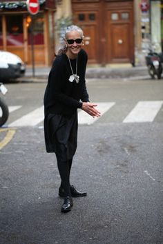 If you are new here, welcome to Ageless Style-Linda V Wright. Each month Elizabeth (the Vintage Contessa) and I interview someone over 50 we feel has great style. The darling gray haired cutie that… Fashion Over 50, Look Fashion, Womens Fashion, Fashion Photo, Fashion Trends, Linda V Wright, Mode Ab 50, Advanced Style, Ageless Beauty