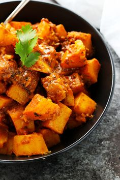 This Potato Vindaloo Curry recipe is a spicy Indian vegetarian dish that makes a quick and healthy lunch or dinner and tastes even better reheated. Indian Vegetarian Dishes, Indian Side Dishes, Vegetarian Lunch, Indian Food Recipes, Vegetarian Recipes, Vegan Meals, Vegetable Recipes, Delicious Recipes, Yummy Food