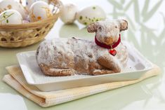 Wir verraten, worauf Sie beim Zubereiten des Teigs und beim Backen achten sollte… We tell you what to look for when preparing the dough and when baking, so that your Easter lamb has a good state and is still juicy. Cute Easter Desserts, Easter Cookie Recipes, Traditional Easter Desserts, Easter Dishes, Bolo Russo, Easter Drink, Chocolate Easter Cake, Desserts Ostern, Food