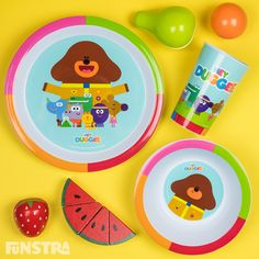 Hey Duggee mealtime dinner set with plate, bowl and cup, featuring Duggee, Betty, Happy, Roly, Tag and Norrie.