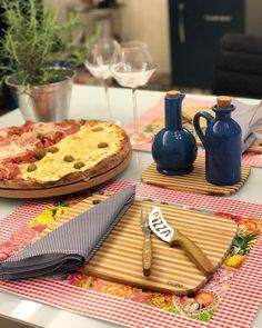 Sexta noite de pitiça  e uma mesa bem descontraída uma ótima oportunidade para usar o jogo americano de papel da @obelonopapel acho eles super práticos além de lindos!  #semanamesahits_listraschevron #mesahits #lardocecasa #lardocemesa #pizza #tgif #friday
