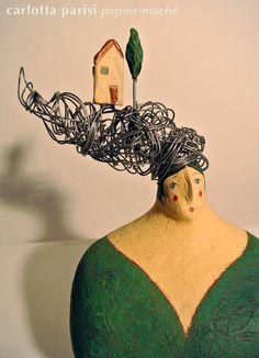 Donna Val d'Orcia, scultura in papier maché con capigliatura in fil di ferro e applicazioni di terracotta.