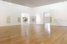 Vista de la instalación Graphic Objects, 1967–2014. Transferencias de dibujo sobre papel japonés entre láminas de acrílico transparente. Mus...