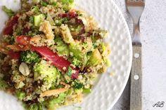 Salată cu quinoa și unt de migdale - Home is where you cook Guacamole, Quinoa, Broccoli, Lime, Cooking, Ethnic Recipes, Food, Salads, Kitchen
