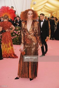Karen Elson Photos - Karen Elson attends The 2019 Met Gala Celebrating Camp: Notes on Fashion at Metropolitan Museum of Art on May 2019 in New York City. - The 2019 Met Gala Celebrating Camp: Notes On Fashion - Arrivals Karen Elson, Celebrity Red Carpet, Celebrity Dresses, Celebrity Style, Celebrity Gossip, Celebrity News, Susan Sontag, Anna Wintour, Jeremy Scott