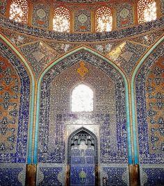 「イランの建築史にようこそ!」と書かれたインスタグラムアカウント「m1rasoulifard」には、数々のモスクを撮影した写真が投稿されています。左右...