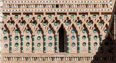 Torre de la Iglesia de San Martín, Teruel.  Hasta la altura de la clave del arco, incluidas las albanegas, la torre está exenta de ornamentación. A partir de aquí comienza la decoración de ladrillo resaltado y cerámica vidriada que se extiende a lo largo de los cerca de cuarenta metros que levantan los dos cuerpos de la torre.