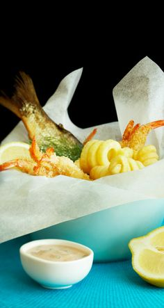 Seafood, Fish 'n' Fries in a Paper Wrap New Cooking, Fish Dishes, Baked Goods, Saga, Seafood, Fries, Yummy Food, Culture, Meals