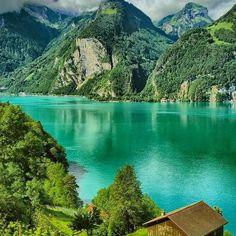 🌏Фирвальдштетское озеро   Швейцария.🇨🇭  📝Есть такая древняя легенда: когда Бог создавал мир, он послал ангела,👼 чтобы тот налил воды🌊 во все озера. Пролетая над Альпами, ангел держал сосуд с водой в своих руках, но случайно задел одну из горных вершин, и вода вылилась на долину. На этом месте появилось необыкновенной красоты озеро, форма которого напоминает крест.➕  Фирвальдштетское озеро еще известно как озеро «Четырех кантонов». Раньше на его берегах располагалось четыре кантона…