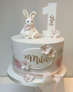 Creative Birthday Cake Ideas for Girls - Idei - Kuchen 1st Birthday Cake For Girls, Baby Girl Birthday Cake, Creative Birthday Cakes, Baby Girl Cakes, 1st Birthday Cakes, Baby Birthday Cakes, Cake Baby, 1 Year Old Birthday Cake, Birthday Ideas