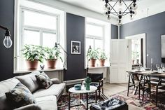 Sitting room in a dramatic Stockholm space in dark colours. 1 Street.