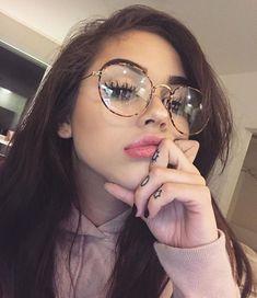 Labios de mujer con gafas.