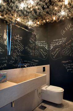 Salle de bain originale - Invasion d'ampoules au plafond pour contrebalancer l'effet sombre des murs recouverts de peinture ardoise, qui laissent libre à l'imagination de chacun pour y écrire quelque chose lors du passage au wc... ;)