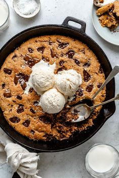 Grain free chocolate chunk skillet cookie made with almond flour, coconut flour, flaxseed meal & almond butter to keep it and vegan & paleo! Gluten Free Cookies, Gluten Free Desserts, Vegan Desserts, Easy Desserts, Vegan Recipes, Sweet Desserts, Yummy Recipes, Yummy Food, Coconut Flour