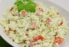 This creamy cauliflower salad with tomatoes and fresh herbs is so crunchy, fresh and delicious. Creamy Cauliflower, Cauliflower Salad, Salad Toppings, Tomato Salad, Fresh Herbs, Soup And Salad, Meal Planning, Side Dishes, Salads