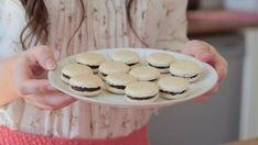 Makroner er perfekte når du har lyst på noe godt og søtt å bite på. Denne oppskriften av «Hele Norge baker»-vinner Ida Gran-Jansen gir deg ca. 24 deilige makroner med smak av vanilje og sjokolade.