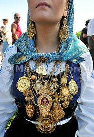 Gold necklace and traditional costume of Minho. Our Lady of Agony Festivities, the biggest traditional festival in Portugal. Viana do Castelo. - Images of Portugal Bohemian Gypsy, Bohemian Style, Bengali Jewellery, Folk Fashion, Womens Fashion, Tribal Costume, Portuguese Culture, Folk Clothing, Our Lady
