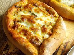 Tureckie pide z nadzieniem z kurczaka Hawaiian Pizza, Curry, Cheese, Food, Curries, Essen, Meals, Yemek, Eten