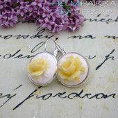 Keltaiset ruusut valkoisella pohjalla 16€  #ruusucamee #vanhanaikainenkoru #vintage #roses #helmipaikka