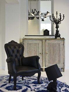 Moooi Smoke Chair. Материалы: основание-обоженная твердая древесина, покрытая эпоксидной смолой; обивка-натуральная кожа, простеганная с мягким синтетическим наполнителем. Размер: Ш75хГ80хВ104 (с40) см.