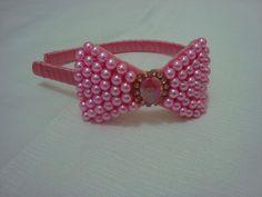 Tiara encapada em fita cetim com laço rosa em pérola decorada com um lindo chatom  e strass. Um charme de criança. R$ 18,90