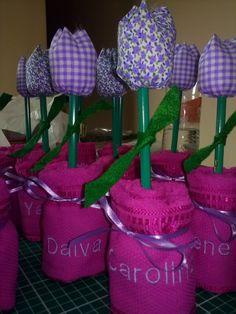 Vasinho de flor de tulipa, confeccionada com toalhinha de mão e tulipa em tecido e lápis verde. Diversas cores!!! Pedido minimo de 6 peças. Preço sem o bordado dos nomes. Caso queira que borde o nome do bebê ou de cada convidado, acrescentar R$ 2,80.