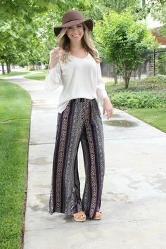 Relax and let loose with these fun and funky printed palazzo pants. Bohemian printed with silky soft fabric and over-sized fit. Elastic banding on the top and a semi-flare leg opening. Pair it with ou Boho Outfits, Spring Outfits, Cute Outfits, Fashion Outfits, Boho Fashion, Autumn Fashion, Fashion Looks, Trendy Fashion, Look Short