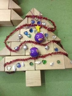 kerstboom bouwhoek Preschool Christmas, Christmas Crafts For Kids, Christmas Activities, Xmas Crafts, Preschool Activities, Fun Crafts, Christmas Tree Themes, Christmas In July, Christmas Ornaments