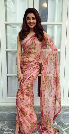 kajal aggarwal in Floral Printed Sarees Trending Fashion and Beauty Styling Tips and Designer deals - Tikli. Simple Sarees, Trendy Sarees, Stylish Sarees, Fancy Sarees, Chiffon Saree, Floral Chiffon, Crepe Saree, Georgette Sarees, Floral Print Sarees