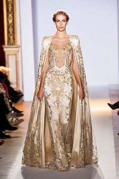 Gold cape gown by Zuhair Murad Spring 2013 Couture Runway - Zuhair Murad Haute Couture Collection - ELLE Style Couture, Couture Fashion, Runway Fashion, Paris Fashion, Fashion Trends, Haute Couture Paris, Spring Couture, Haute Couture Gowns, Couture 2015