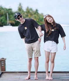 Who doesn't know about the South Korean fashion style or better known as KPop? This is the typical style of State ginseng that always attracts attention and is Matching Couple Outfits, Matching Couples, Cute Couples, Fashion Couple, Look Fashion, Korean Fashion, Korean Couple Photoshoot, Pre Wedding Photoshoot, Couple Tshirts