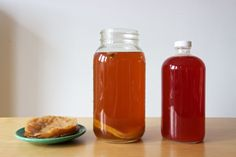 Kombucha is a type of fermented tea that has many health benefits. Here are 8 ways that kombucha can improve your health, backed by science. Benefits Of Kombucha Tea, Kombucha Flavors, How To Brew Kombucha, Kombucha Mother, Kombucha Brewing, Second Ferment Kombucha, Kombucha Fermentation, Kefir, Tibicos