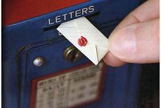 サンフランシスコで、ちょっと素敵な郵便サービスが行われています。 その名も「The World's Smallest Post Service」、世界一小さな郵便物を届けてくれるポストサービスです。 たとえば送りたいものがお手紙の場合、文面をThe World's Smallest Post Serviceのスタジオに...