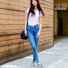 44 Awesome High Wasted Jeans Ideas That Trending Now High Wasted Jeans, High Waisted Mom Jeans, Jean Outfits, Casual Outfits, Mean Women, Types Of Jeans, Layering Outfits, Trending Now, Skinny Jeans