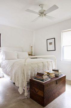Sängypääty-arkku keskeneräisten kirjojen säilytyspisteenä