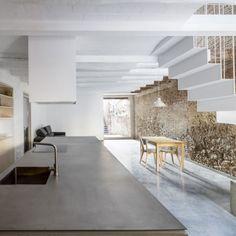 Se trata de la rehabilitación de una antigua y sencilla casa del centro histórico de Sant Feliu de Llobregat. La intervención se basa en la conservación de la composición, la volumetría y la estruc…