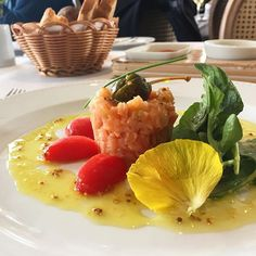 A convite do @terracoitalia estamos conhecendo o novo menu gourmet: entrada + prato principal + sobremesa a R$79! De entrada pedi o tartar de salmão com agrião, bem simples e equilibrado. Ainda essa semana posto no #blog sobre o que achei de tudo! #ixigirl #ixirango ❤️