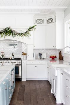 White kitchen Classic white kitchen with arabesque backsplash tile, marble countertop and hardwood floors White kitchen #whitekitchen