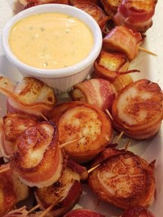 Super Easy Bacon Wrapped Scallops with Spicy Mayo! Super Easy Bacon Wrapped Scallops with Spicy Mayo! Fresh Scallops, Bacon Scallops, Scallops Wrapped In Bacon, Bacon Wrapped Shrimp, Pan Seared Scallops, Scallops On The Grill, Bacon Wrapped Appetizers, Grilled Scallops, Snacks
