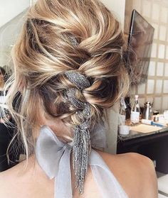 Hair Styles 2018 For this year's SAG Awards, celebrity hairstylist Adir Abergel wove a silver chain into The Crown actress' braided updo. Discovred by : Byrdie Beauty My Hairstyle, Pretty Hairstyles, Braided Hairstyles, Braided Updo, Edgy Updo, Summer Hairstyles For Medium Hair, Hairstyle Ideas, Braid Styles, Short Hair Styles