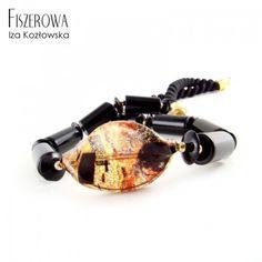 Kuss na sznurze.  Nowoczesny, całodzienny naszyjnik, którego główną ozdobą jest piękny koral ze szkła Murano z kolekcji Klimt, uzupełniony walcami i krążkami onyksu. Całość wykończona złoconym srebrem i zawieszona na wiskozowym sznurze.  Wielkość korala Murano: 3 x 1,8 cm. Długość naszyjnika: 51 cm. Klimt, A Kiss